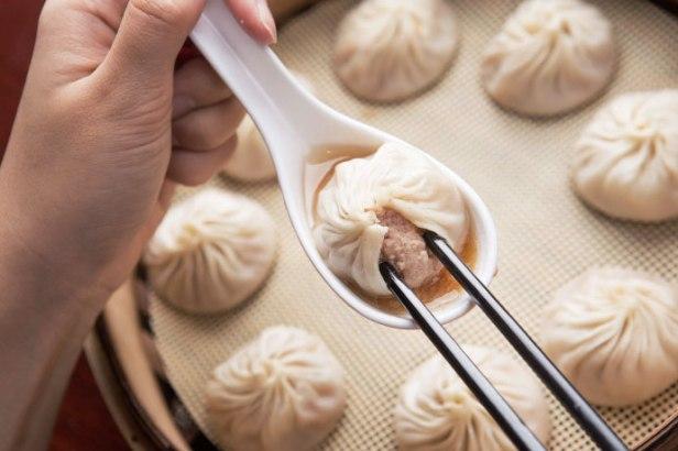 re-Xiaolongbao-on-plate-dimsum.-dumpling-01